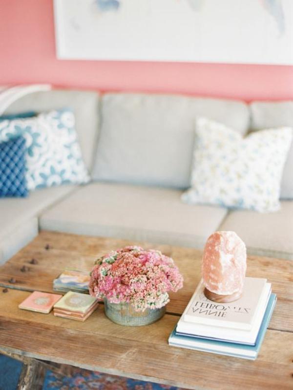 table-basse-avec-palette-canapé-gris-murs-roses-fleurs-livres