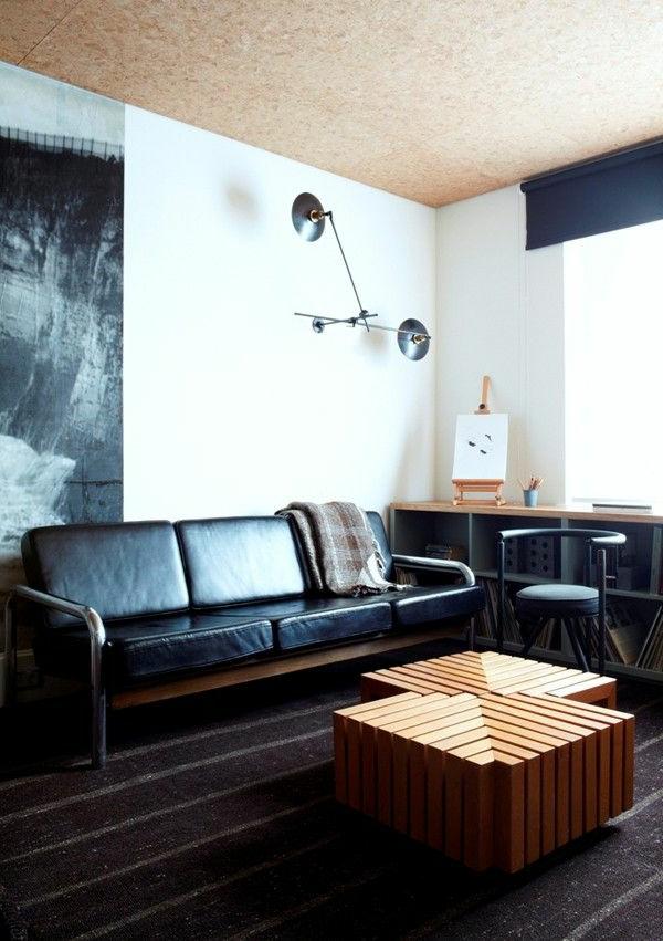 table-basse-avec-palette-en-bois-canapé-en-cuir-noir