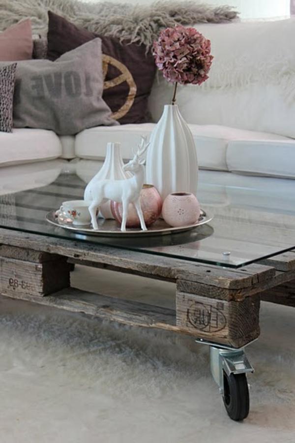 table-basse-avec-palette-salon-beige-fleurs