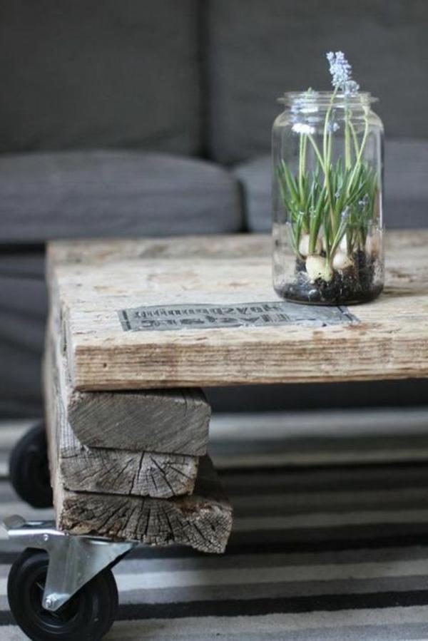 table-basse-avec-palette-salon-canapé-gris-fleurs