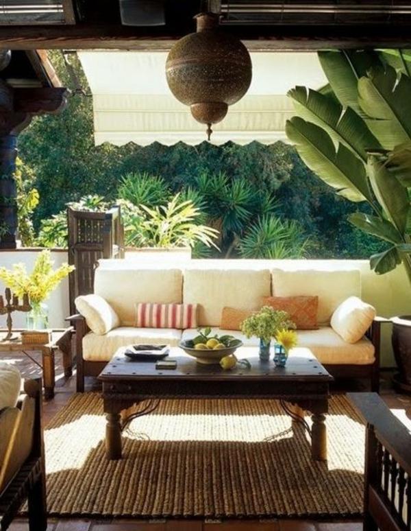 table-basse-en-bois-jardin-déco-idée-fleurs-plantes-vertes-cour