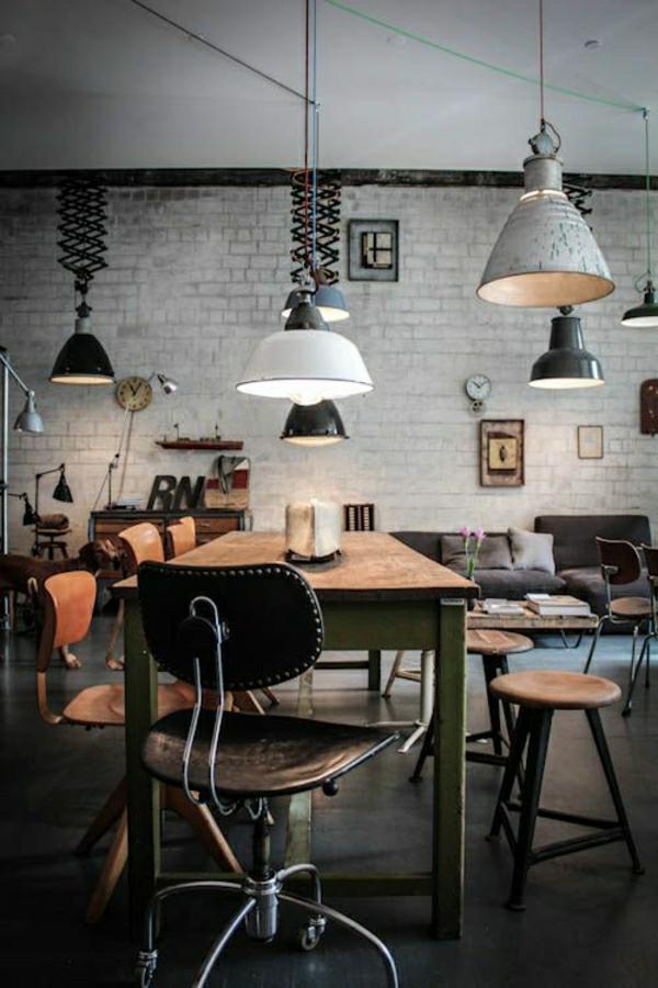 table-basse-industrielle-en-bois-chaises-en-fer-forgé-lustre-blanc-décoration-murale