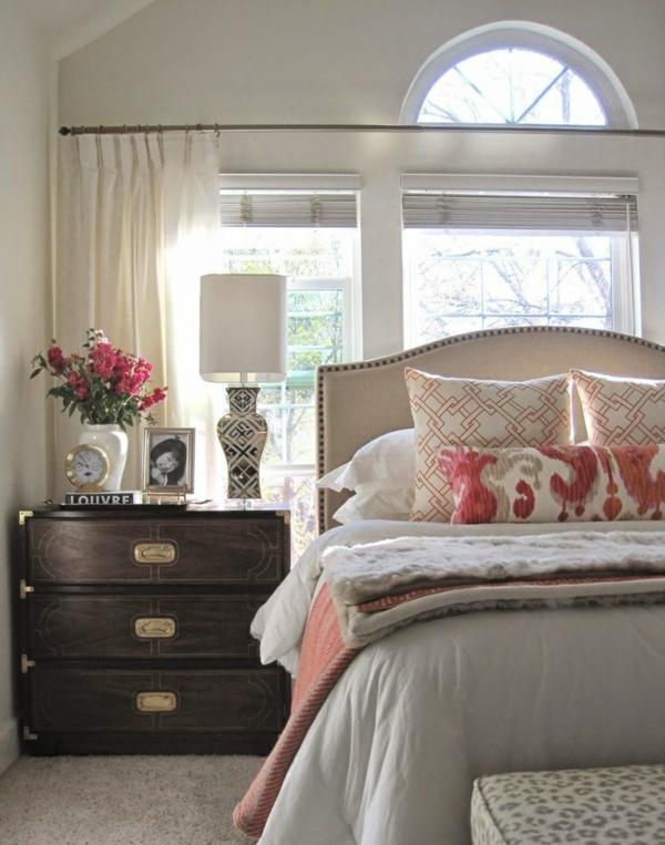 table-chevet-chambre-à-coucher-casse-coffre-lampe-horloge-photo-fleurs