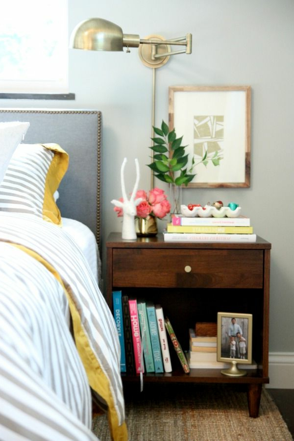 table-décoratiom-nightstand-plackard-lampe-fleurs