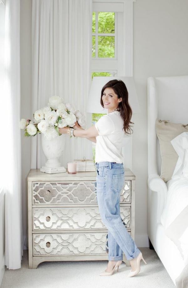 table-de-chevet-design-fleurs-blanches-lampe