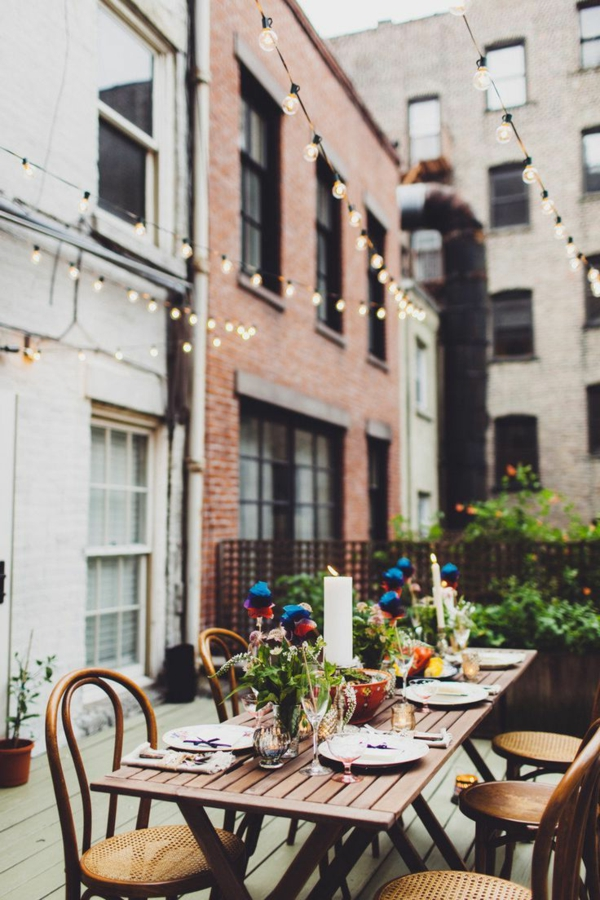 table-de-jardin-coloré-déjeuner