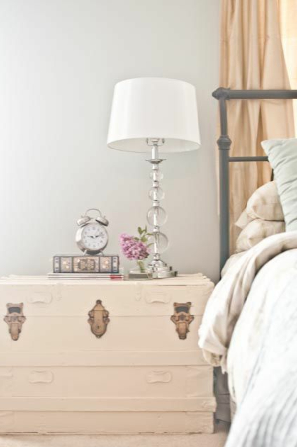 table-de-nuit-en-bois-beige-chambre-à-coucher