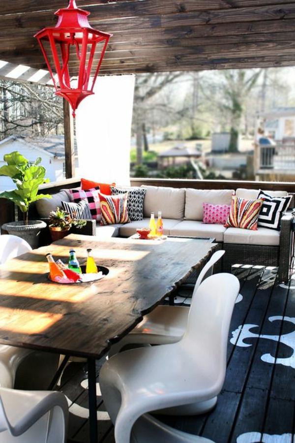 table-en-bois-de-jardin-grande-table-coussins-décoratifs-colorés