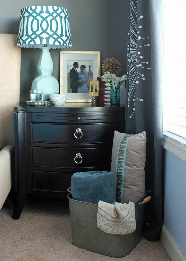 tables-de-chevet-en-bois-lampe-de-chevet-mur-bleu-chambre-à-coucher