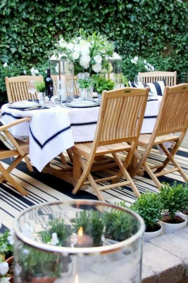 tables-de-jardin-basses-en-bois-chaises-en-bois-cour-jardin