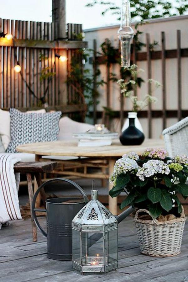 tables-de-jardin-basses-en-bois-fleurs-coin-de-jardin
