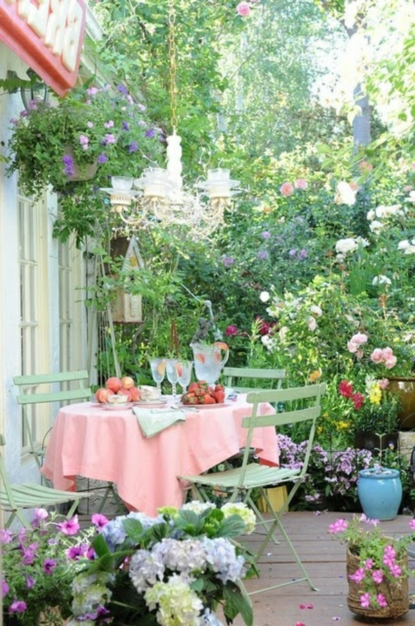 tables-de-jardin-chaises-en-fer-forgé-vert-nappe-rose-fleurs