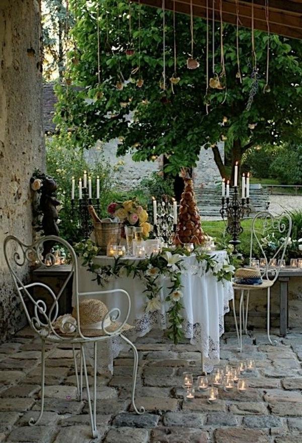 tables-de-jardin-en-fer-forgé-chaise-en-fer-forgé-cailloux-décoratifs-jardin
