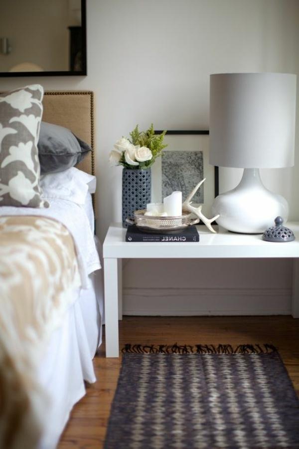 tapis-gris-lampe-de-chevet-blanc-table-de-nuit-blanc-fleurs