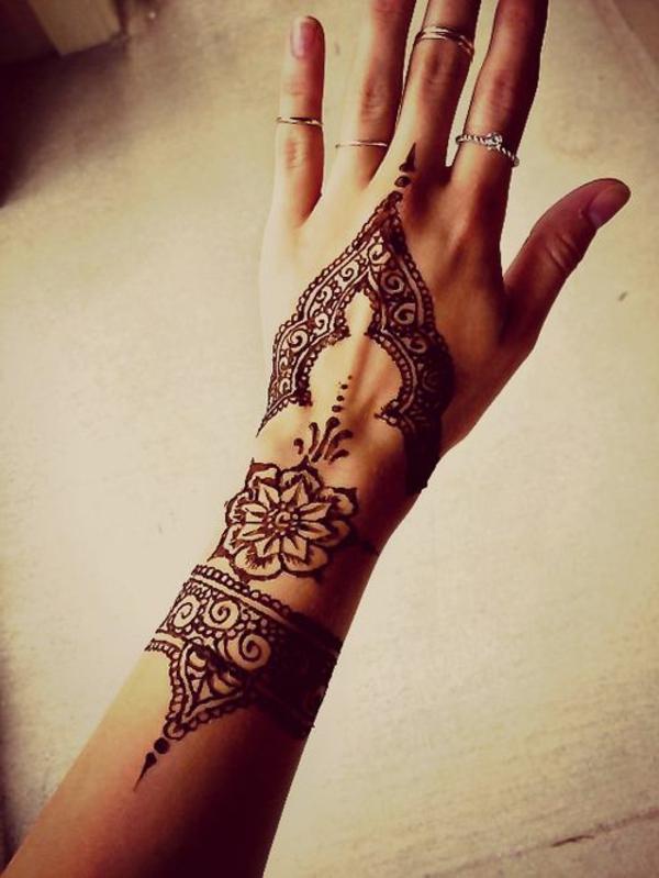 tatouage-aine-hene-idée-créative-main