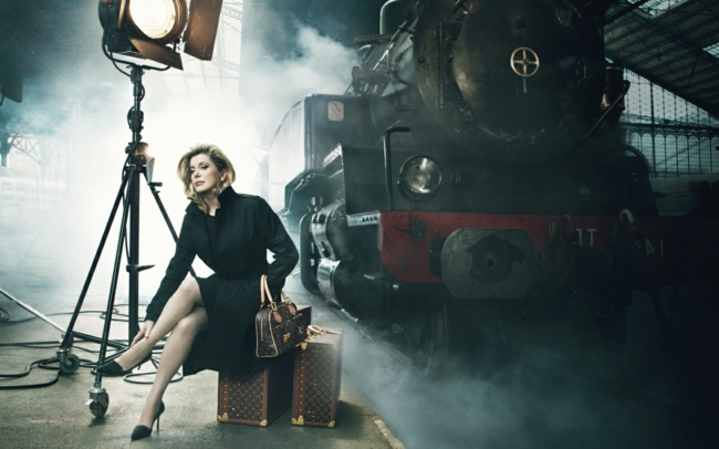 tech-luggage-catherine-deneuve-louis-vuitton-le-locomotive-photo-immage-commerciale