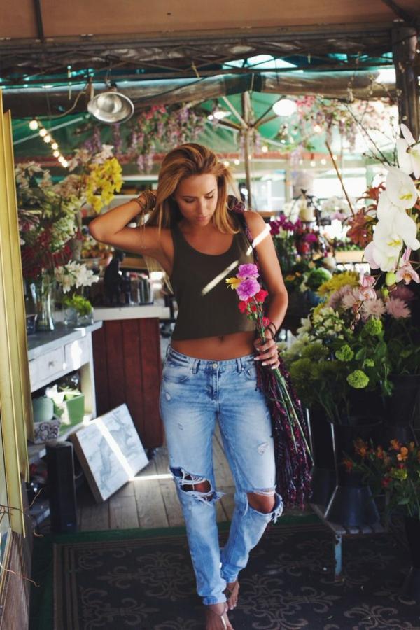 tenue-de-jour-casuel-jeans-femme-fleurs