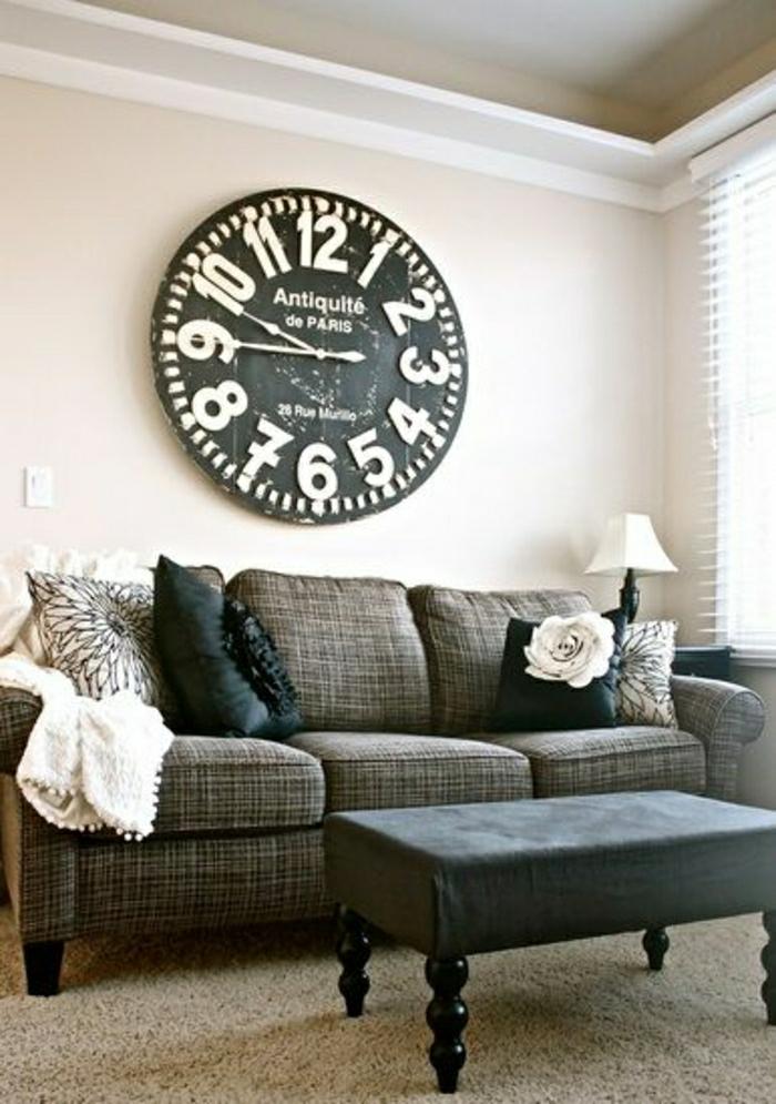 un-grand-pendule-murale-blanc-noir-déco-une-table-basse-de-salon-moquette-beige
