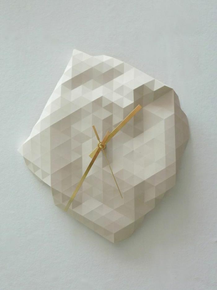 une-élégante-pendule-murale-en-marbre-de-couleur-blanche