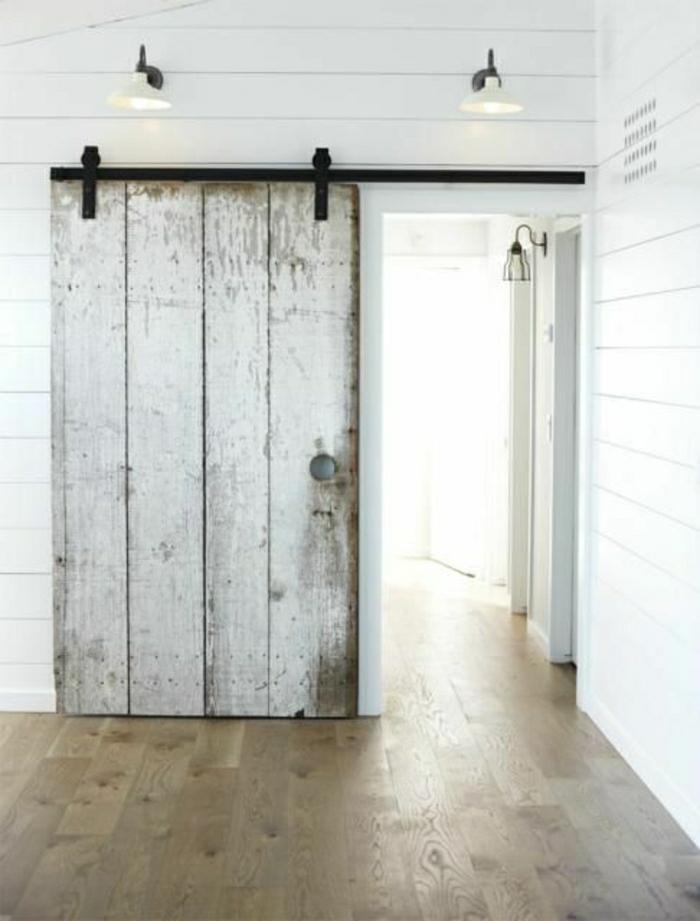 une-belle-variante-de-porte-en-bois-coulissante-sol-en-bois-mur-blanc-en-bois