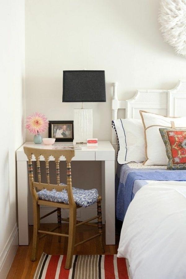 une-chambre-à-coucher-bien-décorée-table-ikea-chaise-lampe-coussins-ligne-lit