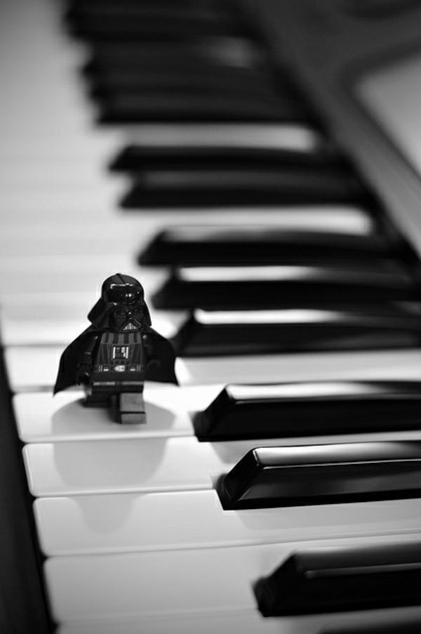 une-photographie-amusante-et-artistique-noir-et-blanc-musique-piano-dart-vader-rire