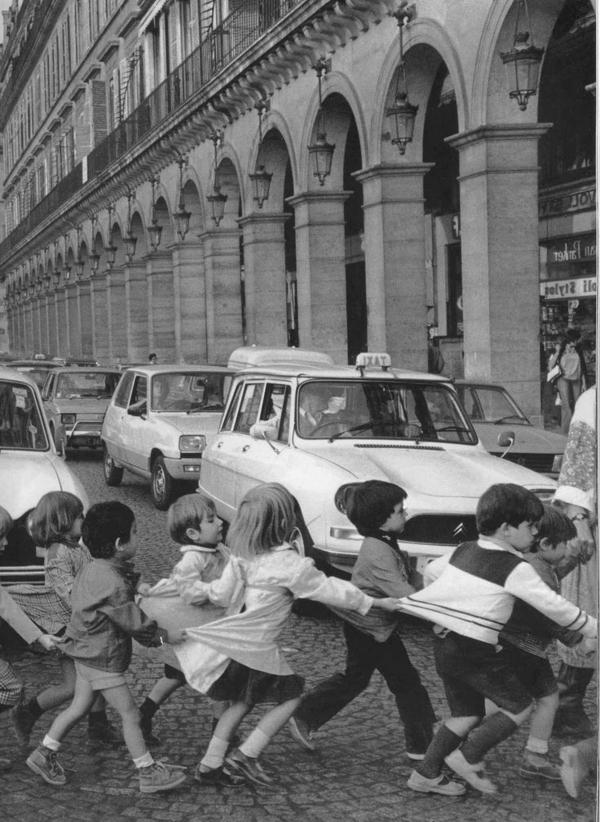 une-photographie-amusante-noir-et-blanc-des-enfants-ecole-traverser-la-rue