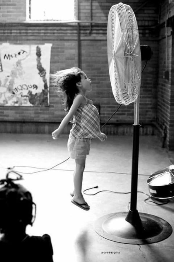 une-photographie-amusante-noir-et-blanc-enfante-ventilateur-rire