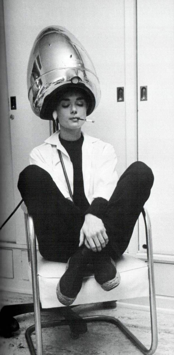 une-photographie-amusante-vintage-noir-et-blanc-audrey-hepburn-fait-sa-coiffure