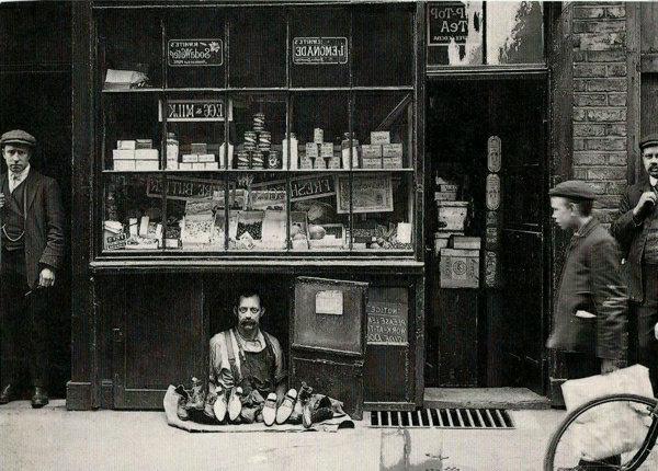 une-photographie-artiste-noir-et-blanc-triste-marchande