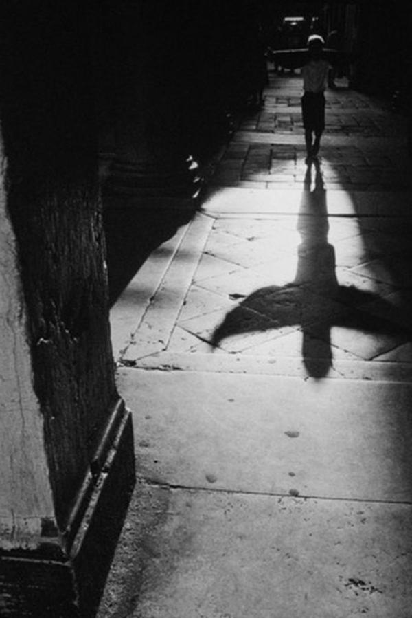 une-photographie-artistique-en-noir-et-blanc-ange-sylhouette
