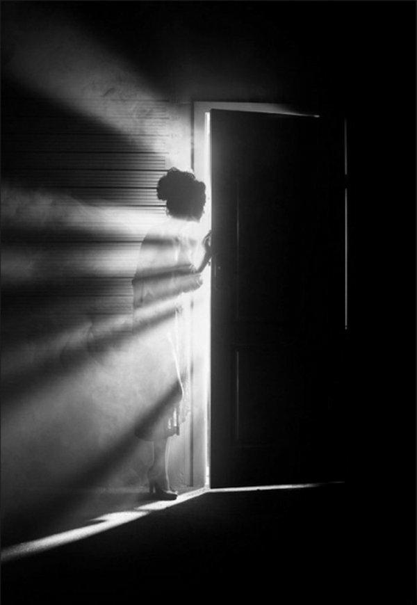 une-photographie-artistique-en-noir-et-blanc-femme-bruyard-porte-mistique