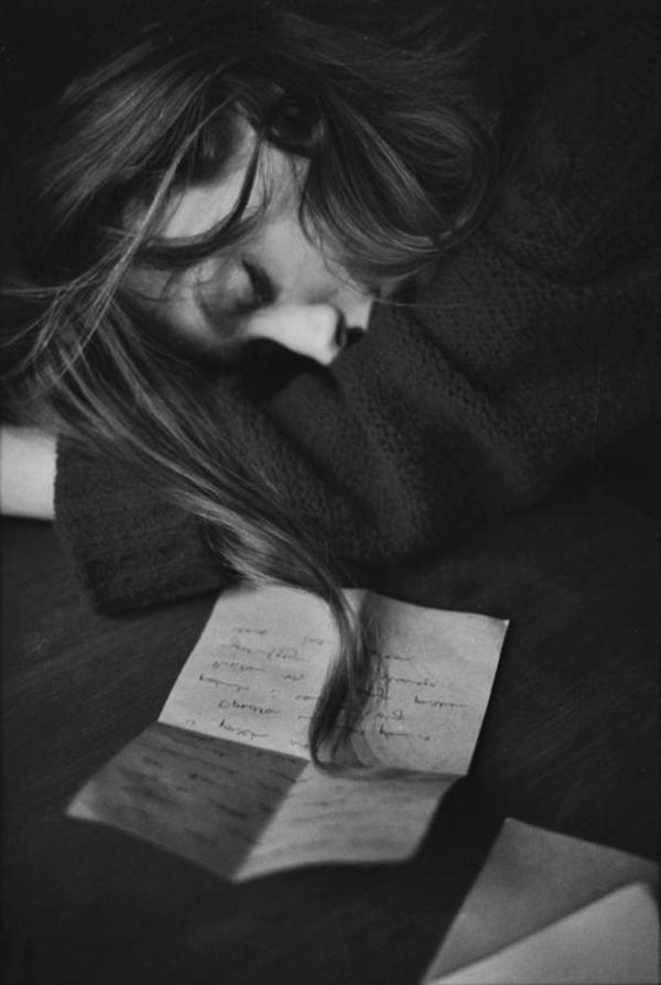 une-photographie-artistique-en-noir-et-blanc-femme-dormir-lettre-tristesse