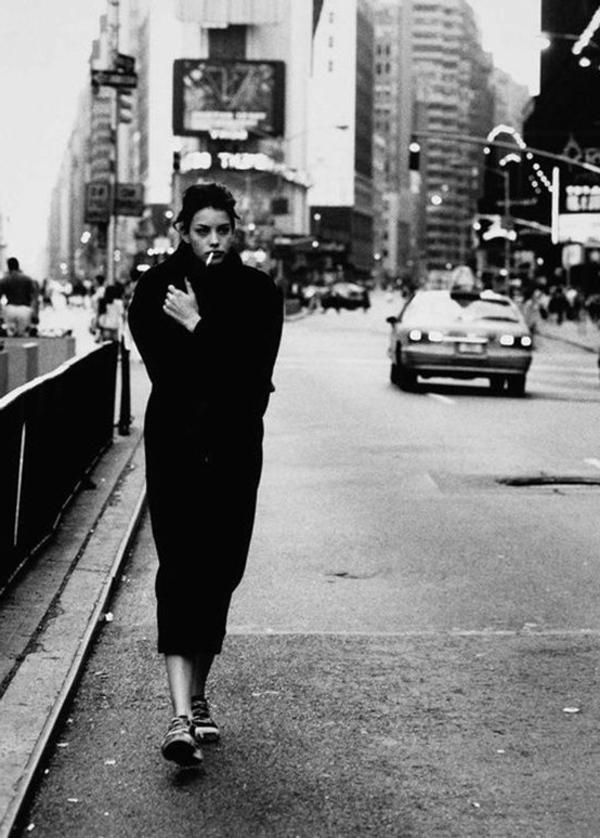 une-photographie-artistique-en-noir-et-blanc-femme-sur-la-rue-froid