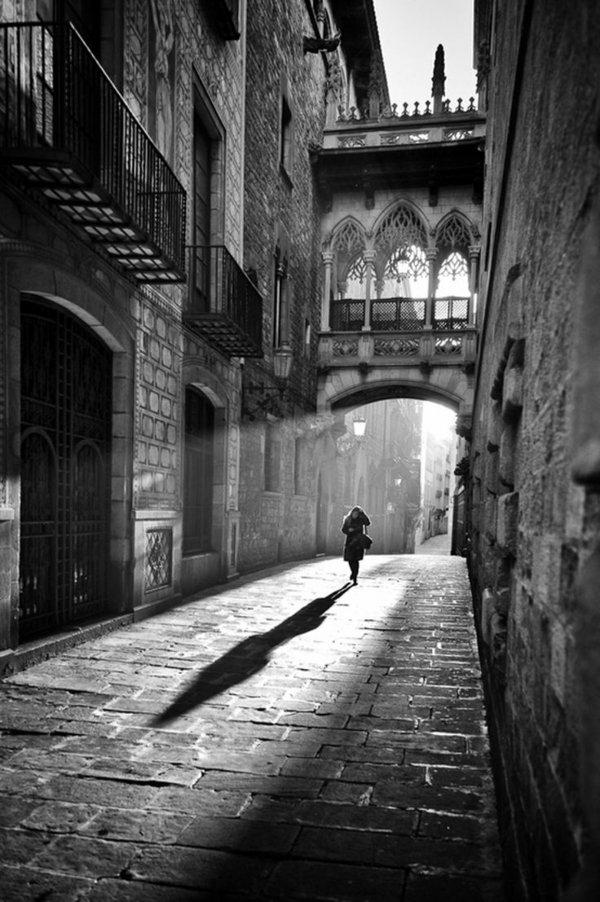 une-photographie-artistique-en-noir-et-blanc-la-venezia-Venise-pont-femme-sylhouette