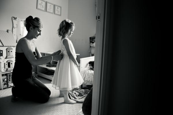 une-photographie-artistique-en-noir-et-blanc-mer-et-enfant-habiller-sa-fille-princesse