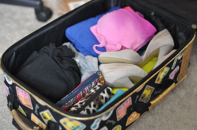 valise-rigide-cabine-pas-cher-dedans-vetements-chaussures