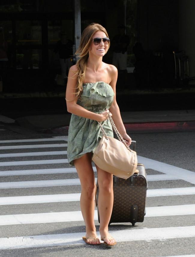 valises-rigides-vacances-avion-robe-courte-sac-a-main