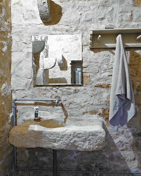 vasque-en-pierre-dans-une-salle-de-bains-en-pierre