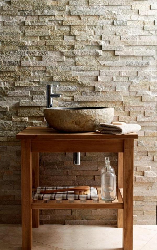 vasque-en-pierre-et-un-mur-mosaique-en-pierre