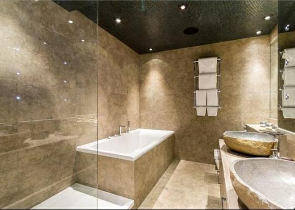 vasque-en-pierre-salle-de-bains-élégante-plafond-noir-mosaique