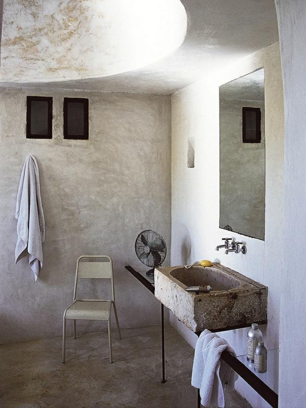 vasque-en-pierre-salle-de-bains-simple-à-l'enduit-blanc