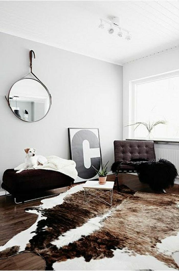 vaste-salon-tapis-cuir-chien-miroir-décoratif-murs-blancs-fenetre-pleine-de-lumière