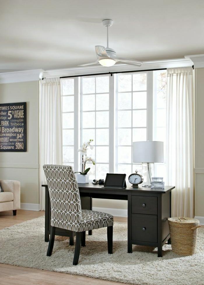 ventilateur-blanc-chambre-lampe-blanche-meubles-en-bois-marron-foncé-lampe-blanche