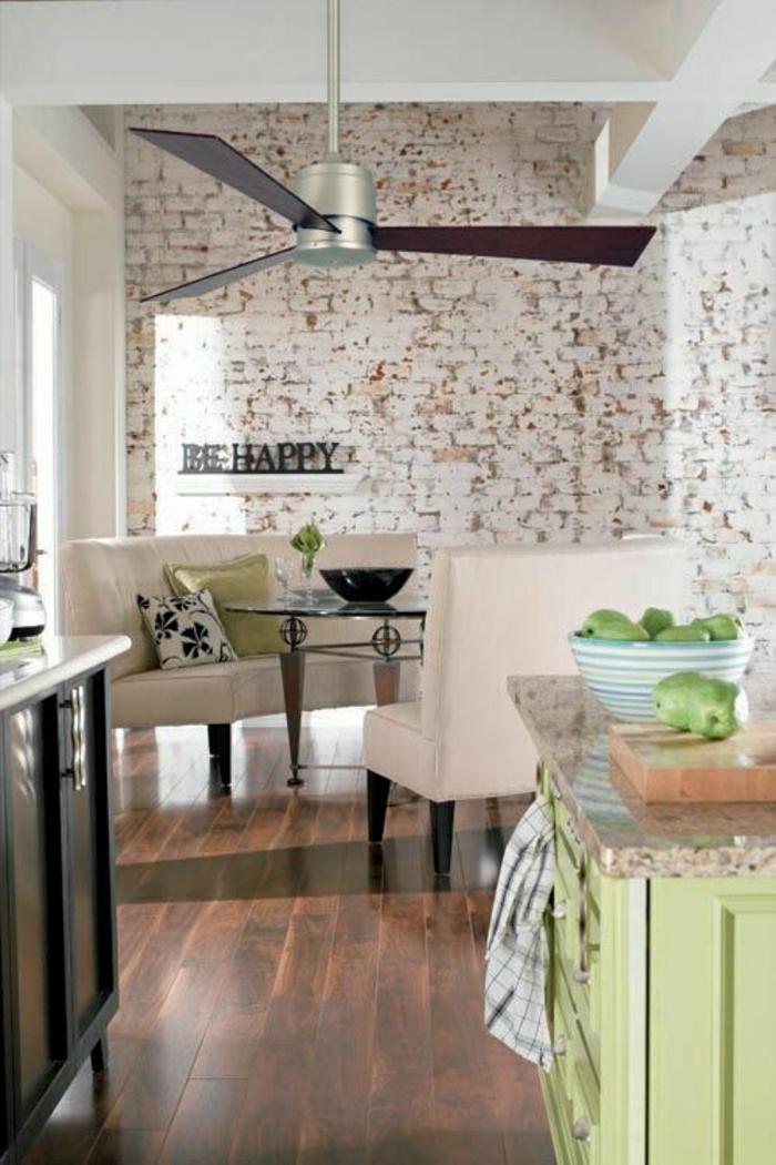 ventilateur-de-plafond-cuisine-murs-en-briques-toit-blanc-sol-en-parquet-foncé