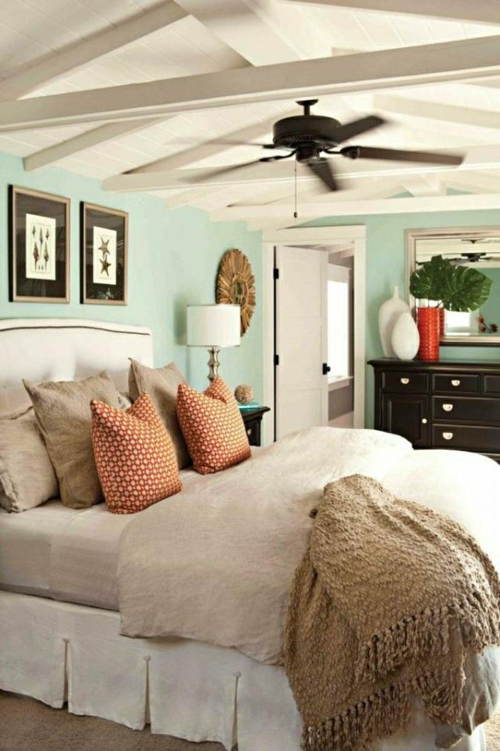 ventilateur-de-plafond-noir-murs-bleus-toit-en-bois-blanc-plantes-vertes-coussins