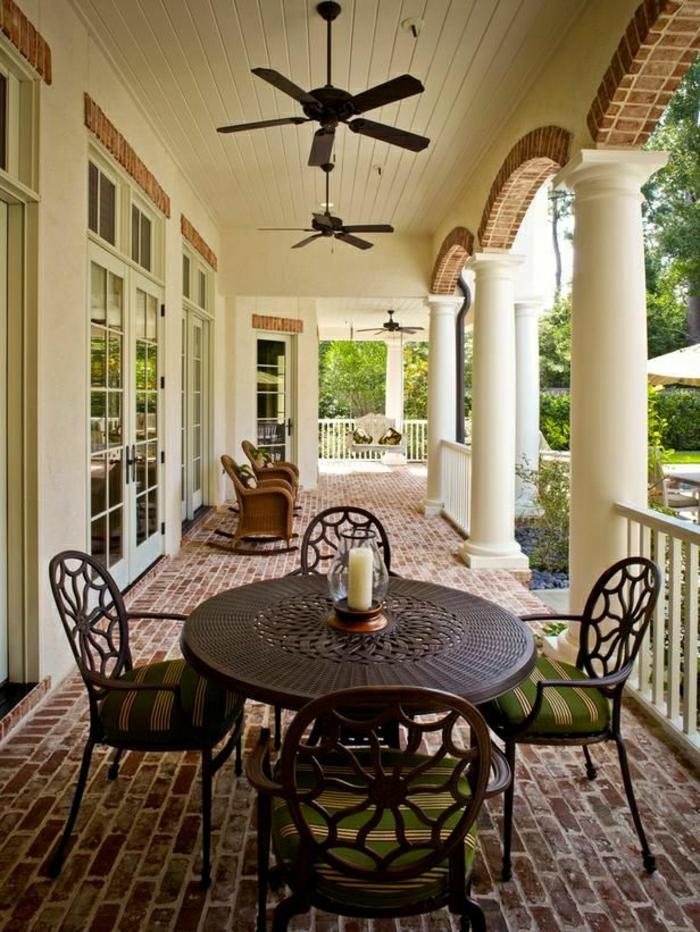 ventilateur-design-plafond-chaises-tables-de-jardin-sol-en-briques