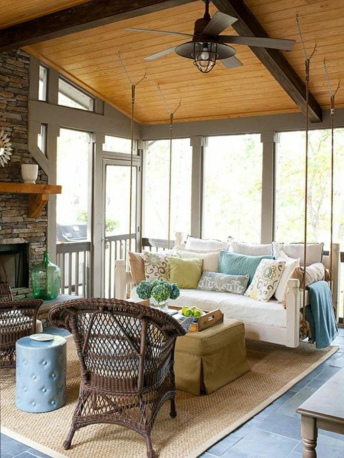 ventilateur-design-plafond-en-bois-canapé-coussins-colorés-fleurs-fenetre-grande
