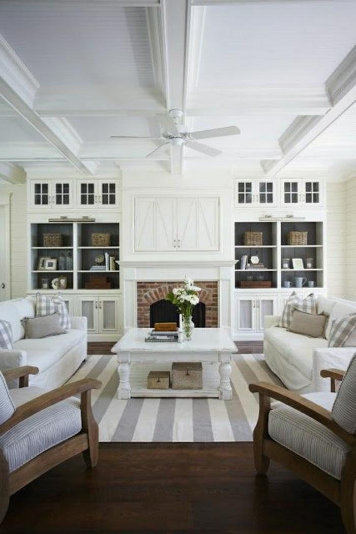 ventilateur-design-plafond-lustre-insolite-murs-blancs-salon-cheminée-de-briques-table-basse-en-bois