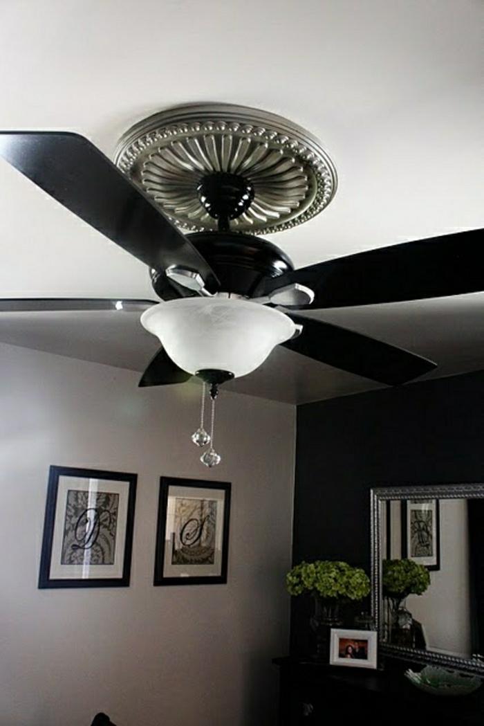 ventilateur-design-plafond-lustre-insolite-murs-gris-peintures-murales-plantes-vertes-miroir